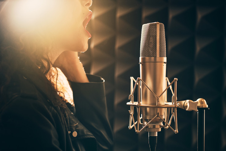 800px_woman-singing-music-studio-mic